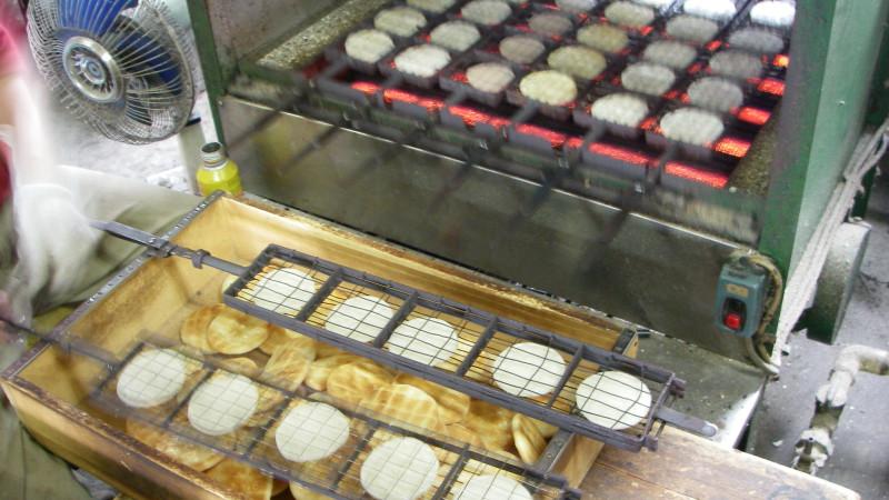煎餅煎豆職人の青木と申します