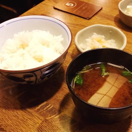 浅草とんかつゆたか定食、定食につくごはん、味噌汁、漬物