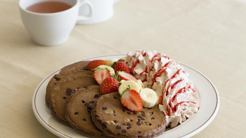 パンケーキのEggs 'n Thingsからバレンタインパンケーキ『トリプルチョコレートブラウニーパンケーキ』が登場!