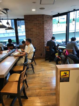 プレッツェルプロシュートバーガーを食すファーストキッチンウェンディーズ赤坂見附店の店内