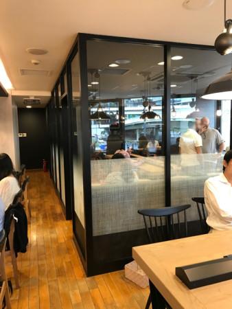 プレッツェルプロシュートバーガーを食すファーストキッチンウェンディーズ赤坂見附店の分煙