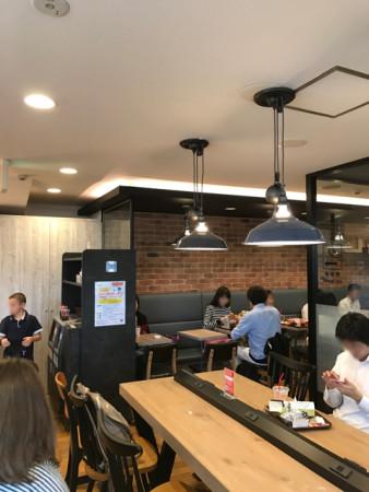 プレッツェルプロシュートバーガーを食すファーストキッチンウェンディーズ赤坂見附店店内